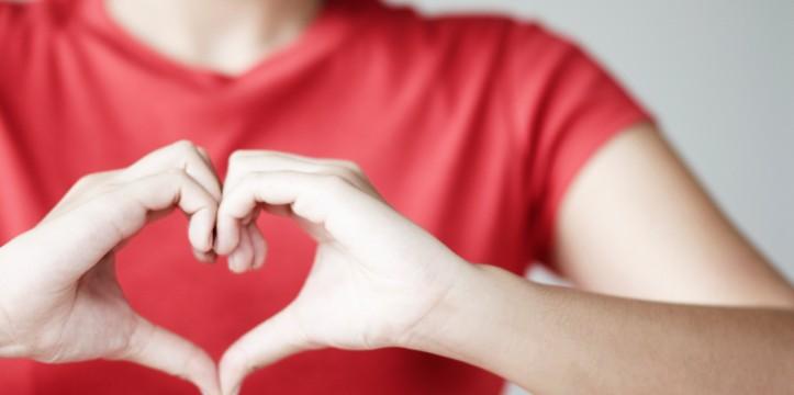 Respirer dans son coeur, harmoniser son souffle tout en invitant en soi des pensées positives est à la base de la pratique de la cohérence cardiaque, qui apporte calme et nous connecte à notre intuition.