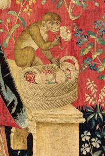 """Détail de la tapisserie """"Odorat"""" de la Dame à la Licorne, singe respirant une fleur."""
